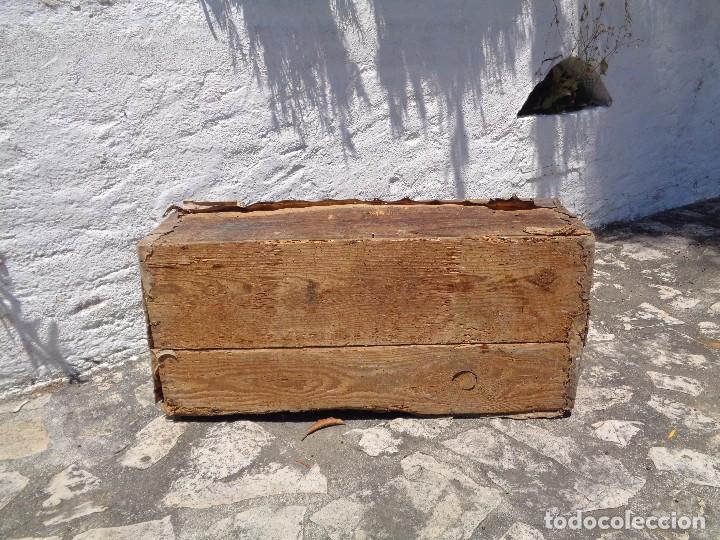 Antigüedades: Antiguo baúl o arcón de madera forrado en pergamino - Herrajes antiguos - Siglo XVIII - Foto 7 - 87675828