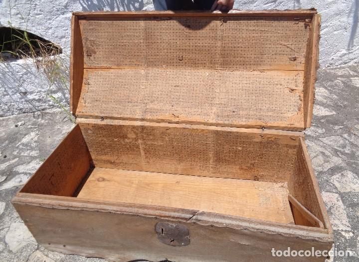 Antigüedades: Antiguo baúl o arcón de madera forrado en pergamino - Herrajes antiguos - Siglo XVIII - Foto 8 - 87675828