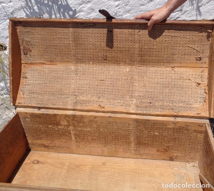 Antigüedades: Antiguo baúl o arcón de madera forrado en pergamino - Herrajes antiguos - Siglo XVIII - Foto 9 - 87675828