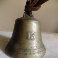 Antigüedades: CAMPANA O CAMPANILLA EN BRONCE CON NUMEO 13 AGARRADERO DE CUERO 11 X 8 CM. Lote 87686496