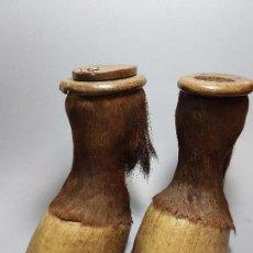 Antigüedades: ANTIGUAS Y CONSERVADAS PEZUÑAS DE CABALLO CONVERTIDAS EN CAJAS DE.SG.XIX CON HERRADURAS. Lote 87694216