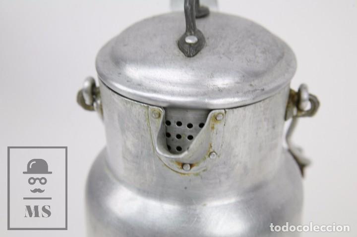 Antigüedades: Antigua Aceitera de Aluminio - Años 40-50 - Marcada C en la Base - Altura 25 cm - Foto 7 - 87712732