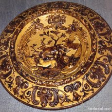 Antigüedades: PLATO O TONDO CON ESCENA DE CAZA EN RELIEVE POR JUAN A LOMBA ÁLVAREZ . LA GUARDIA (PONTEVEDRA). Lote 87813248