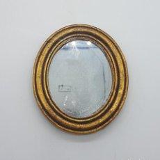 Antigüedades: PRECIOSO ESPEJO ANTIGUO OVALADO CON MARCO DE MADERA EN SIMIL DE PAN DE ORO.. Lote 87920268