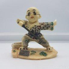 Antigüedades: FIGURA ANTIGUA EN POLVO DE MARFIL MONJE SHAOLÍN MODERNO PRECTICANDO CON LA ESPADA.. Lote 87924400