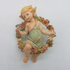 Antigüedades: PRECIOSA FIGURA ANTIGUA DE NIÑA ANGELITO PORTANDO GRAN CORONA DE FLORES.. Lote 87935344