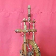 Antigüedades: RUECA O HUSO DE MADERA. EN BUEN ESTADO.. Lote 88109988