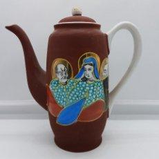 Antigüedades: CAFETERA ANTIGUA DE PORCELANA SATSUMA DE JAPÓN CON ESCENA EN RELIEVE TIPO MORIAGE PINTADA A MANO.. Lote 88118412