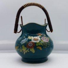 Antigüedades: ANTIGUO CESTA DE PORCELANA JAPONES CON MANGO DE MIMBRE MOTIVOS DE FLORES SELLADA.. Lote 88119632