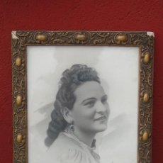 Antigüedades: ANTIGUO MARCO DE MADERA DORADO, CON FOTO DE MUJER RETOCADA. 29CM X35CM. Lote 88119924
