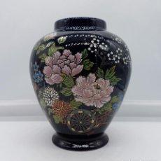 Antigüedades: ANTIGUO JARRÓN SATSUMA JAPONES CON CARRO DE FLORES PINTADO A MANO Y SELLADO.. Lote 88131128