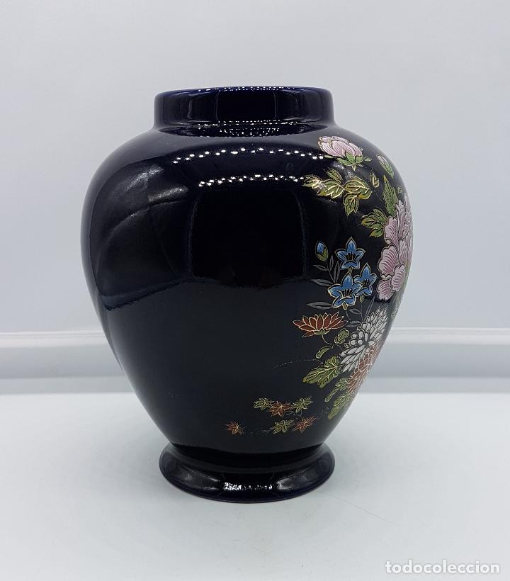 Antigüedades: Antiguo jarrón satsuma japones con carro de flores pintado a mano y sellado. - Foto 4 - 88131128
