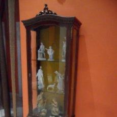 Antigüedades: VITRINA DE MADERA COLOR CEREZO CON ADORNOS EN BRONCE - ANTIGUA. Lote 88160240