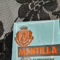 Antigüedades: MANTILLA / CHAL ESPAÑOLA ENCAJE NUEVA A ESTRENAR APROX AÑOS 60 APROX CON ETIQUETA HECHA EN SEVILLA. Lote 88164432