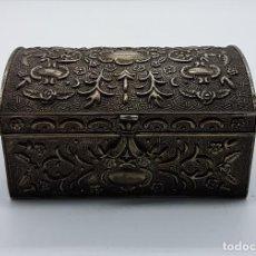 Antigüedades: COFRE JOYERO ANTIGUO DE ESTILO ROCOCÓ EN METAL BELLAMENTE LABRADO Y FORRADO EN TERIOPELO ROJO.. Lote 95845508