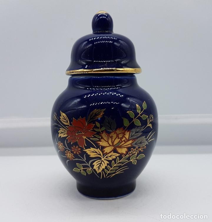 PEQUEÑO TIBOR ANTIGUO DE PORCELANA HECHO EN JAPÓN EN AZUL COBALTO CON MOTIVOS DE FLORES EN ORO. (Antigüedades - Hogar y Decoración - Jarrones Antiguos)