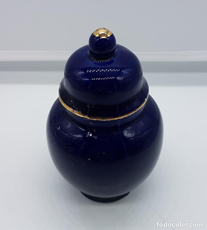 Antigüedades: Pequeño tibor antiguo de porcelana hecho en Japón en azul cobalto con motivos de flores en oro. - Foto 3 - 88284656