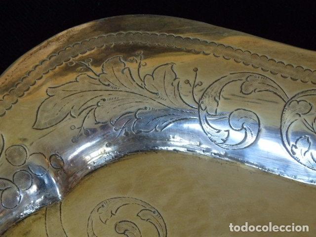 Antigüedades: Bandeja de plata batida con marcas de platero. Córdoba 1859. A. Castejón y J. de León. 42 cm. - Foto 4 - 88360076