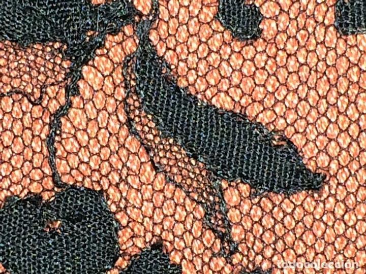Antigüedades: GRAN MANTILLA. BORDADO MECÁNICO SOBRE TUL. 200X74. ESPAÑA. CIRCA 1950 - Foto 2 - 88518956
