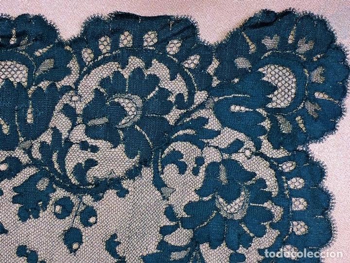 Antigüedades: GRAN MANTILLA. BORDADO MECÁNICO SOBRE TUL. 200X74. ESPAÑA. CIRCA 1950 - Foto 6 - 88518956