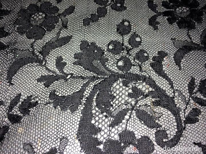 Antigüedades: GRAN MANTILLA. BORDADO MECÁNICO SOBRE TUL. 200X74. ESPAÑA. CIRCA 1950 - Foto 12 - 88518956