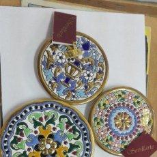 Antiquités: LOTE DE 3 PLATOS DECORATIVOS DE SEVILLARTE.DECORADO Y ESMALTADO A FUEGO CON ORO DE 24 KL.. Lote 139830412