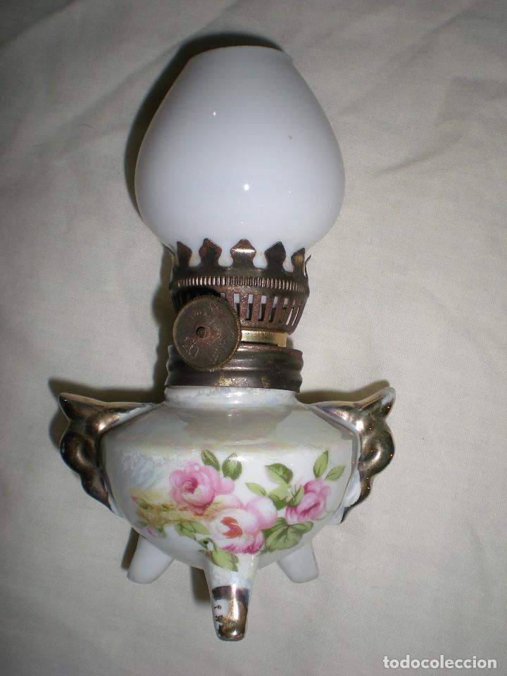 PRECIOSO QUINQUE MINIATURA EN PORCELANA FINA CON TULIPA DE OPALINA BLANCA DIBUJOS FLORALES 14 CM (Antigüedades - Iluminación - Quinqués Antiguos)
