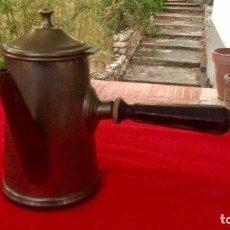 Antigüedades: CHOCOLATERA 1920 METAL Y ASA DE MADERA TAMAÑO EN BASE NUMERO CUATRO CON TAPA 18 CM ATO BASE 10CM . Lote 88813264