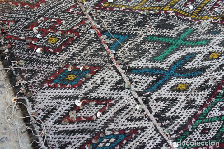 Antigüedades: Antigua alfombra marroquí con lentejuelas realizada en telar manual 2,30 x 1,30 kilim - Foto 2 - 88884524