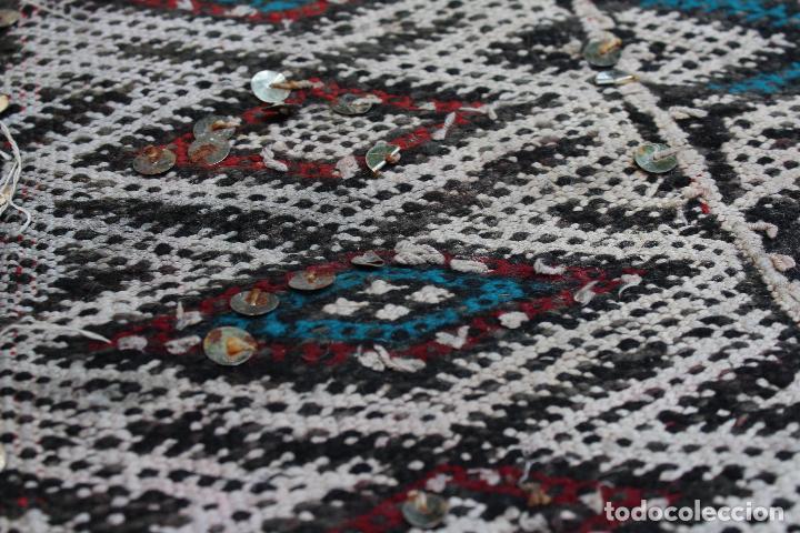 Antigüedades: Antigua alfombra marroquí con lentejuelas realizada en telar manual 2,30 x 1,30 kilim - Foto 3 - 88884524