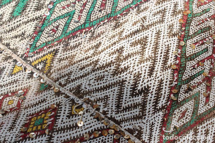 Antigüedades: Antigua alfombra marroquí con lentejuelas realizada en telar manual 2,30 x 1,30 kilim - Foto 6 - 88884524