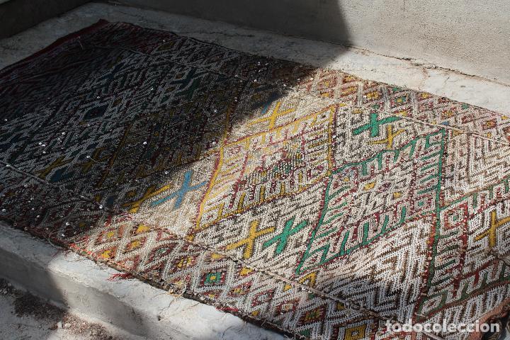 Antigüedades: Antigua alfombra marroquí con lentejuelas realizada en telar manual 2,30 x 1,30 kilim - Foto 7 - 88884524