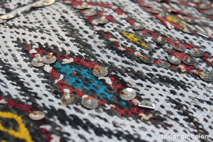 Antigüedades: Antigua alfombra marroquí con lentejuelas realizada en telar manual 2,30 x 1,30 kilim - Foto 9 - 88884524