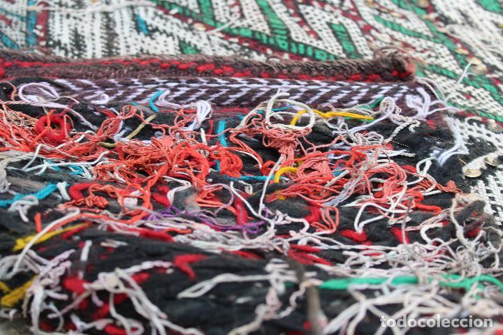 Antigüedades: Antigua alfombra marroquí con lentejuelas realizada en telar manual 2,30 x 1,30 kilim - Foto 10 - 88884524