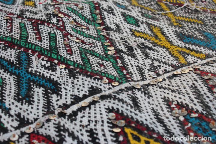 Antigüedades: Antigua alfombra marroquí con lentejuelas realizada en telar manual 2,30 x 1,30 kilim - Foto 11 - 88884524