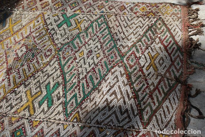 Antigüedades: Antigua alfombra marroquí con lentejuelas realizada en telar manual 2,30 x 1,30 kilim - Foto 13 - 88884524