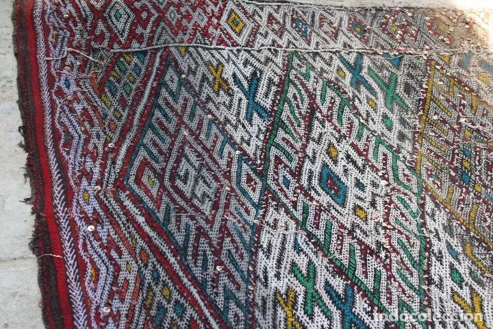 Antigüedades: Antigua alfombra marroquí con lentejuelas realizada en telar manual 2,30 x 1,30 kilim - Foto 14 - 88884524