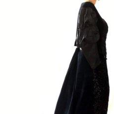 Antigüedades: TRAJE NOVECENTISTA DE COLA EN TERCIOPELO NEGRO Y BORDADO DE LENTEJUELAS - AÑOS 1900. Lote 88783544