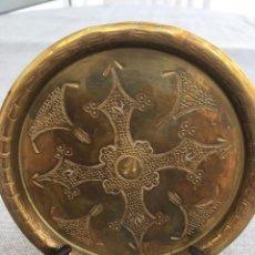 Antigüedades: BANDEJA REDONDA EN METAL REPUJADO A MANO.. Lote 88920920