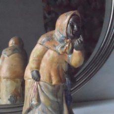 Antigüedades: FIGURA CERAMICA FRANSESC ELIAS BRACONS SOBRE PEANA DE MADERA. Lote 88923824