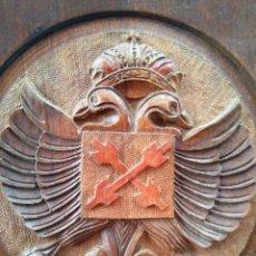 Antigüedades: ANTIGUO PLATO DE MADERA PRECIOSA TALLA - ESCUDO CARLISTA - 30 CM DIÁMETRO. Lote 88931896
