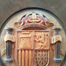 Antigüedades: ANTIGUO PLATO DE MADERA PRECIOSA TALLA - ESCUDO ESPAÑA - 30 CM DIÁMETRO. Lote 88932100