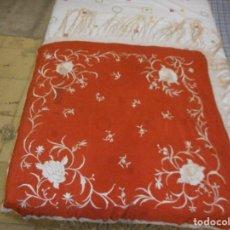 Antigüedades: PRECIOSO MANTON ANTIGUO DE MANILA, FLORES SOBRE ROJO. Lote 88964736