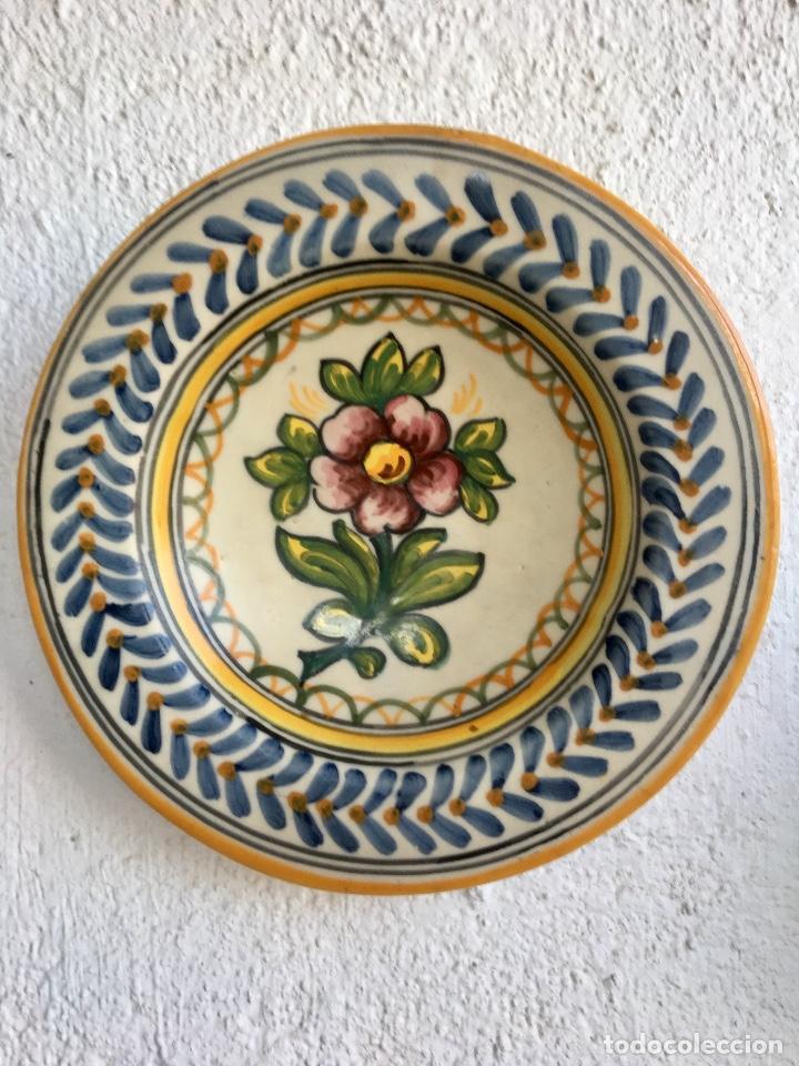 PLATO 1970 CERAMICA TALAVERA MAVE ( TRABAJADORES RUIZ DE LUNA) MOTIVOS FLORALES RELIEVES 25,5 (Antigüedades - Porcelanas y Cerámicas - Talavera)