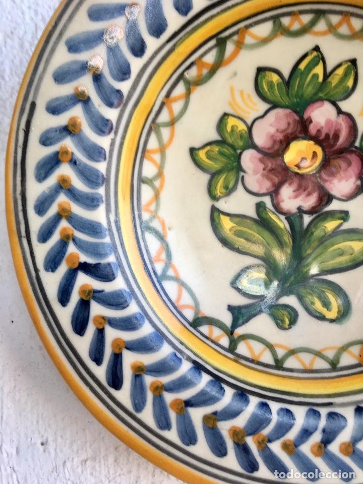 Antigüedades: Plato 1970 ceramica Talavera MAVE ( trabajadores Ruiz de luna) motivos florales relieves 25,5 - Foto 2 - 89057584