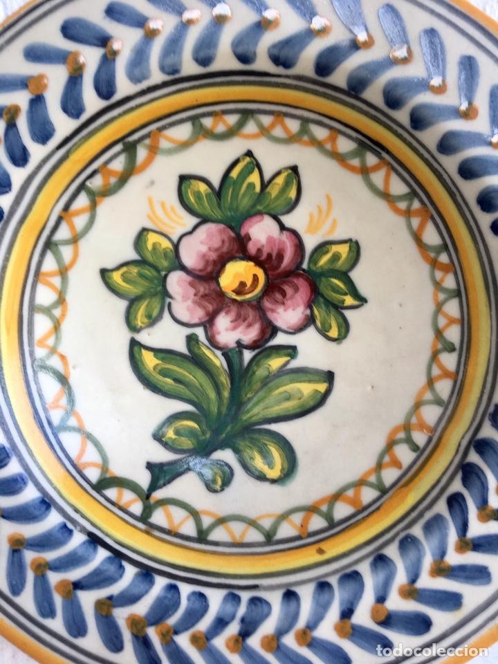 Antigüedades: Plato 1970 ceramica Talavera MAVE ( trabajadores Ruiz de luna) motivos florales relieves 25,5 - Foto 3 - 89057584