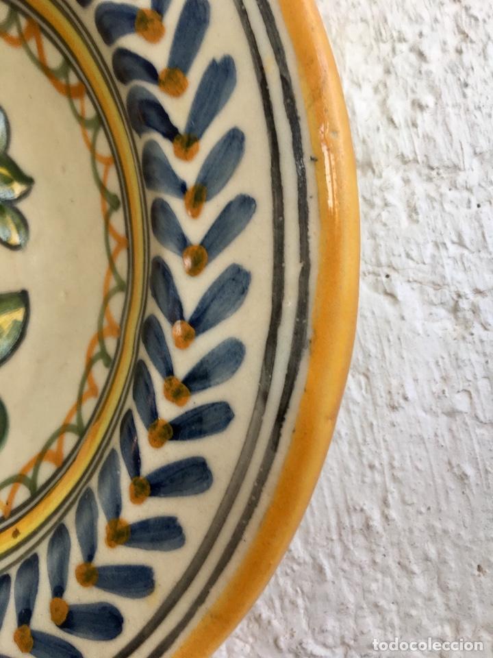 Antigüedades: Plato 1970 ceramica Talavera MAVE ( trabajadores Ruiz de luna) motivos florales relieves 25,5 - Foto 5 - 89057584