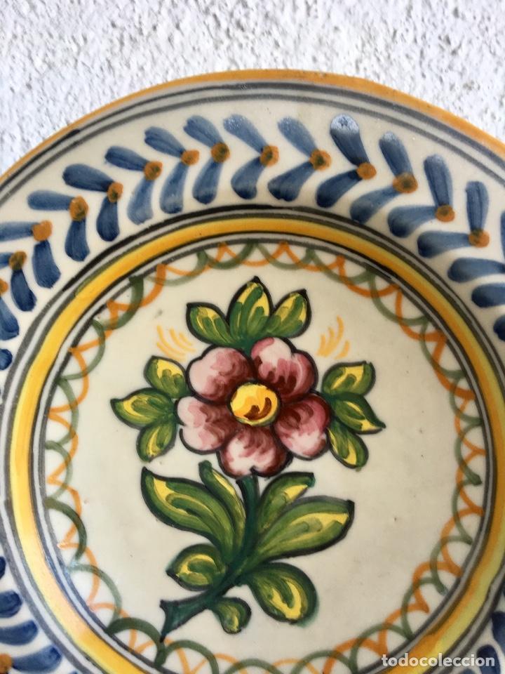 Antigüedades: Plato 1970 ceramica Talavera MAVE ( trabajadores Ruiz de luna) motivos florales relieves 25,5 - Foto 6 - 89057584