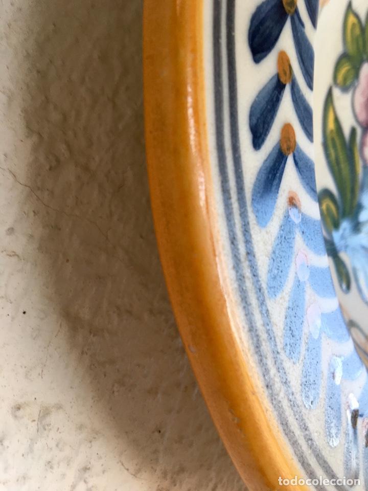 Antigüedades: Plato 1970 ceramica Talavera MAVE ( trabajadores Ruiz de luna) motivos florales relieves 25,5 - Foto 7 - 89057584