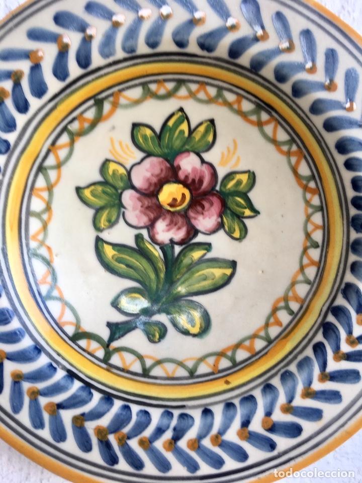 Antigüedades: Plato 1970 ceramica Talavera MAVE ( trabajadores Ruiz de luna) motivos florales relieves 25,5 - Foto 8 - 89057584